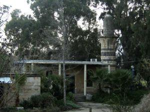 """Aus der nord-palästinensischen Staat Khalsa wurde mit der Nakba die Reissbrettstadt """"Kirjat Schemona"""". Die Reste von Khalsa sind auch hier von einem vom JNF/KKL gepflanzten Wald verdeckt, Palästinensern ist der Zugang  zur alten Moschee verwehrt, sie soll als Bar genutzt werden/worden sein"""